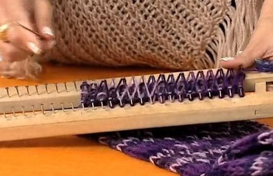 Faça um cachecol em tear  (Foto: divulgação).