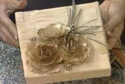 Caixa decorada com flores de palha  (Foto: Divulgação).