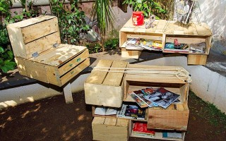 Modelos de móveis elaborados com caixa de feira (Foto: divulgação).