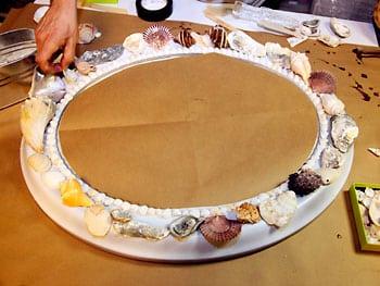 Como fazer uma moldura com conchas  (Foto:Divulgação).