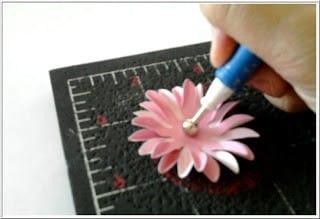 Como fazer flor para decorar cartão (Foto:Divulgação)