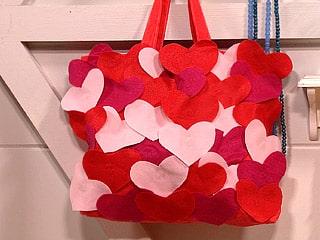 A bolsa decorada com corações é ótima opção de presente (Foto: Divulgação)