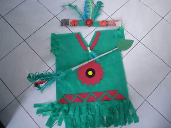 Esta roupa de índio de TNT pode ser usada em várias ocasiões (Foto: Divulgação)