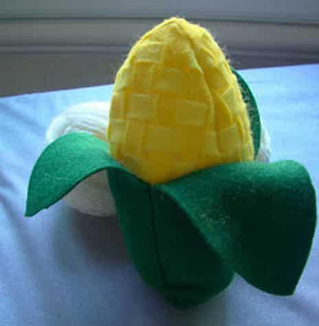 Este artesanato de festa junina em feltro pode ser usado em qualquer ponto de sua festa para decorá-la, até mesmo na mesa de doces (Foto: Divulgação)