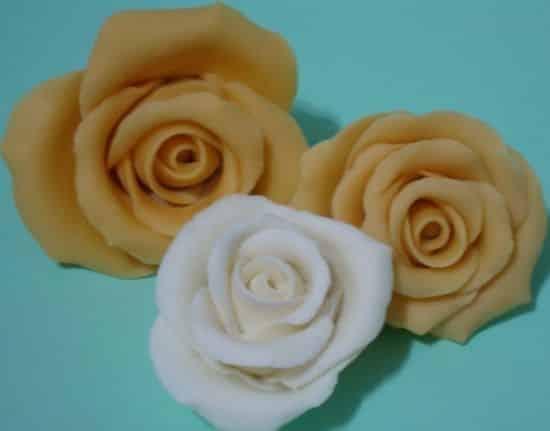 As rosas de biscuit podem ser usadas de várias maneiras (Foto: Divulgação)