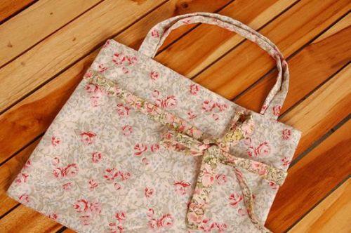 Fazer uma bolsa de tecido é muito simples e fácil e você pode dar o acabamento que quiser, deixando-a bem exclusiva (Foto: Divulgação)