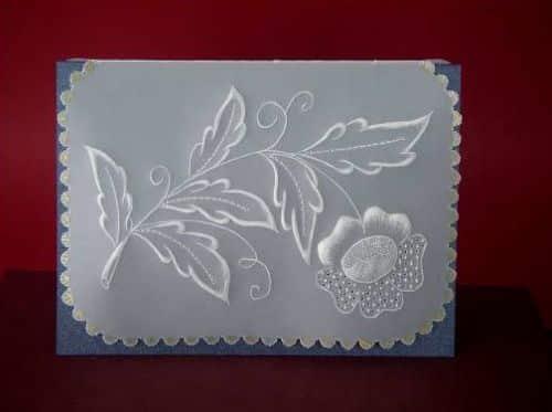 Este artesanato com papel vegetal é muito fácil de ser feito e resulta em um belo cartão (Foto: Divulgação)