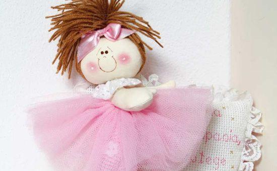 e86a266227 Esta linda bailarina de pano encanta adultos e crianças e é muito simples  de ser feita