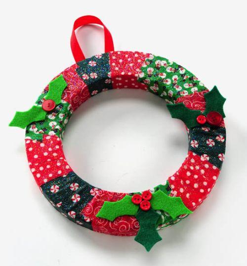 Esta guirlanda de Natal com tecido é linda, mas muito fácil de ser feita (Foto: Divulgação)