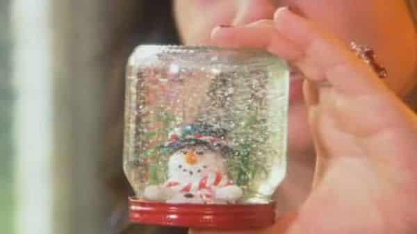 Este globo de neve é muito fácil de fazer e além de ser um lindo objeto decorativo para o Natal também pode ser uma lembrancinha para as suas crianças (Foto: Divulgação)
