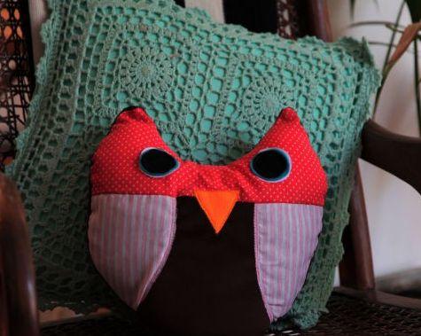 Esta almofada de coruja exige uma máquina de costura, mas é muito fácil de ser feita (Foto: Divulgação)