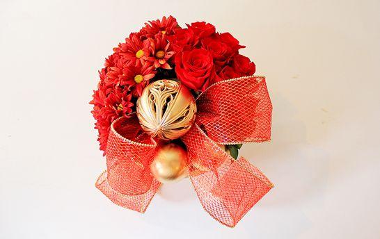Deixe sua casa com decoração muito mais requintada utilizando este artesanato de Natal com flores (Foto: Divulgação)