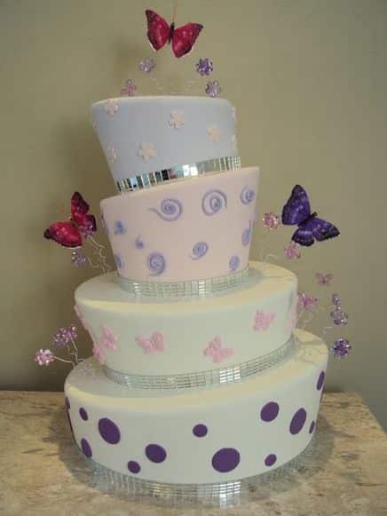 Este bolo falso de isopor é ótima opção para quem tem que fazer um bolo para uma comemoração, mas não é boleira profissional (Foto: Divulgação)