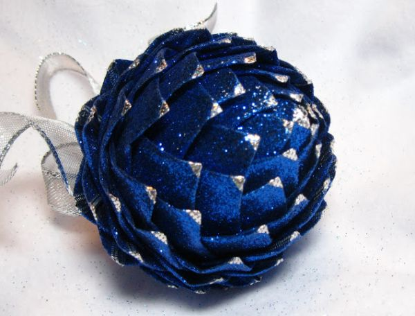 Este enfeite para árvore de Natal é lindo e sofisticado, mas muito simples de ser feito (Foto: Divulgação)