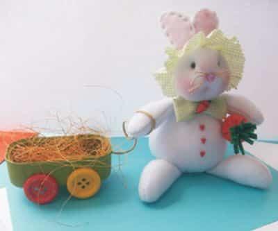 Este coelho da Páscoa de tecido deixará seus pequenos muito alegres (Foto: Divulgação)