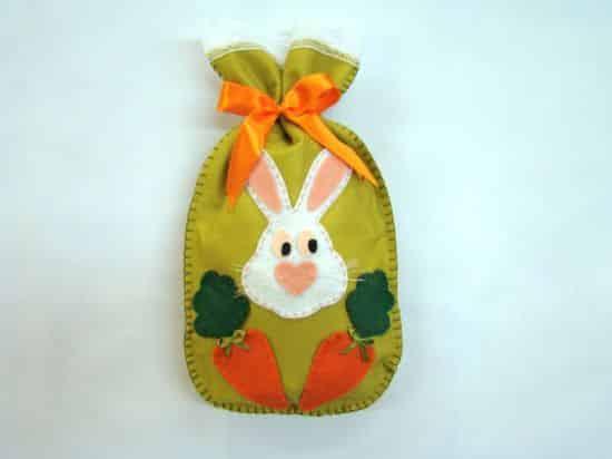 Esta sacolinha de tecido para Páscoa deixará as guloseimas que serão presenteadas muito mais interessantes (Foto: Divulgação)