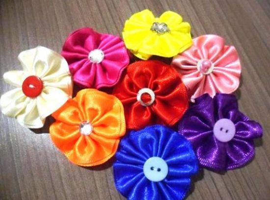 Esta linda flor de cetim e renda pode ser usada em vários locais, desde tiaras até decorando a sua casa (Foto: Divulgação)