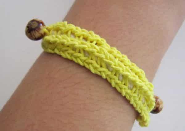 Esta pulseira para Copa é linda e as crocheteiras irão fazer rapidinho (Foto: Divulgação)