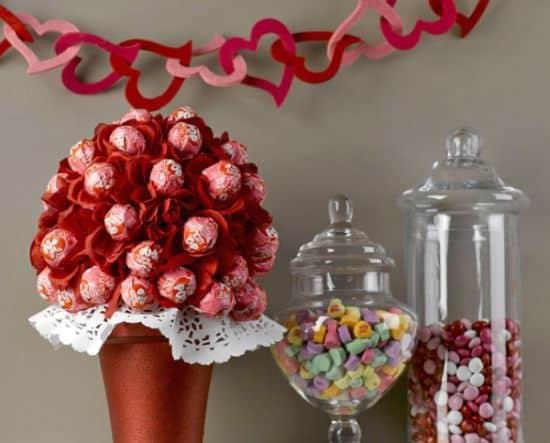 Faça esta especial topiaria com pirulitos e deixe a sua festa mais bonita ou a sua casa mais especial pra o dia dos namorados (Foto: Divulgação)