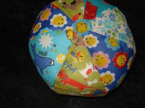 """Faça esta linda bola de tecido e agrade as crianças, com a vantagem de ser bem """"fofa"""" e não machucar os pequenos (Foto: Divulgação)"""