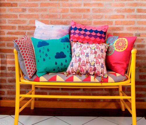 Você poderá até mesmo vender esta almofada com aplicação de estêncil e ganhar um bom dinheiro (Foto: casa.abril.com.br)
