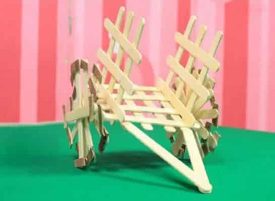 Este artesanato com palito de picolé encantará as crianças e também deixará a sua casa mais bonita, caso você o use como objeto de decoração (Foto: Divulgação)