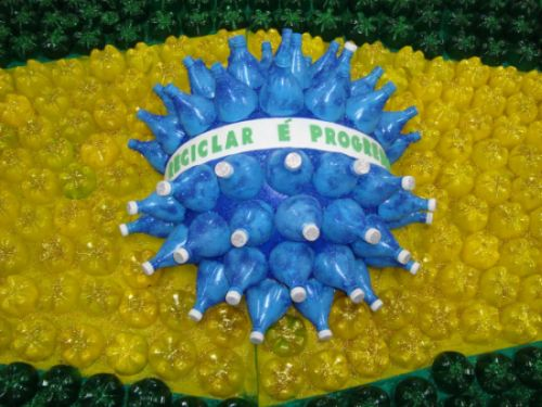 Fazer bandeira do Brasil com material reciclável é ótima alternativa nesta Copa do Mundo (Foto: Divulgação)
