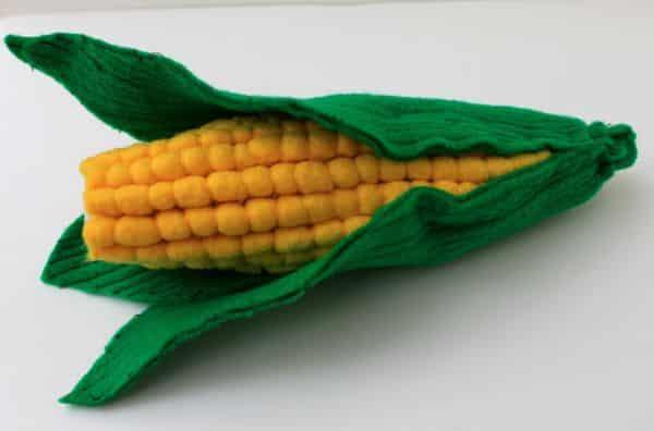 Este milho em feltro deixará a sua festa junina muito mais divertida e bem decorada (Foto: Divulgação)