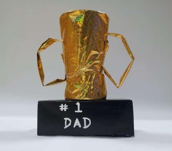 Este troféu para dia dos pais pode ser feito por crianças e é ótima opção de lembrancinha para a festinha de sua escola (Foto: jumpstart.com)