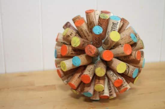 Esta bola divertida com rolhas é um artesanato com rolhas muito fácil de ser feito (Foto: trashycrafter.com)