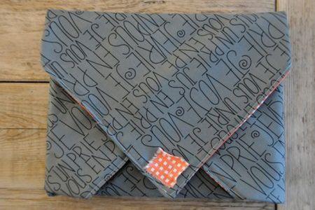 Esta capa de notebook parece difícil de ser feita, porém não é, é muito fácil desenvolvê-la (Foto: charmstitch.com)