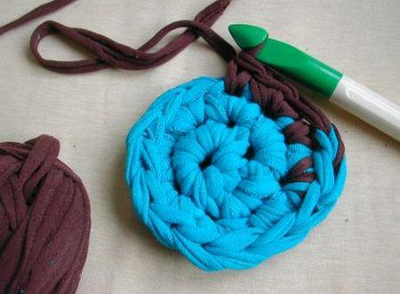 Fazer crochê com tecido de blusas antigas é mais fácil do que você imagina, basta apenas adequar a espessura da agulha ao tecido escolhido (Foto: craftstylish.com)
