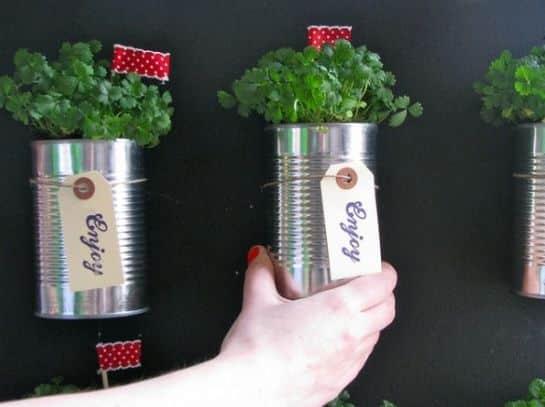 A horta com lata de leite pode também ser uma ótima e sustentável opção de lembrancinha para a sua festa (Foto: ehojevaiserumafesta.com)