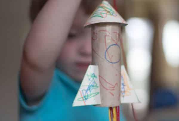 Este foguete com material reciclável irá fazer a alegria de seus pequenos (Foto: annagilhespy.com)