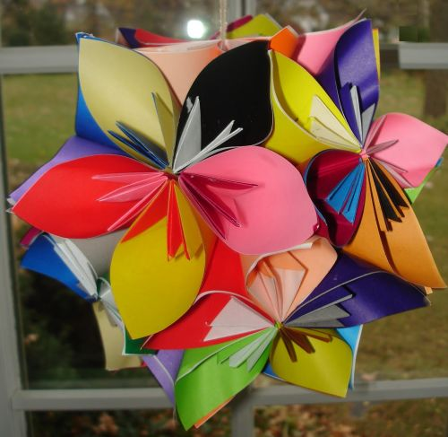 Esta bola de origami feita de papel vai deixar a sua festa com visual muito mais divertido (Foto: whimsicalworldoflaurabird.blogspot.com.br)