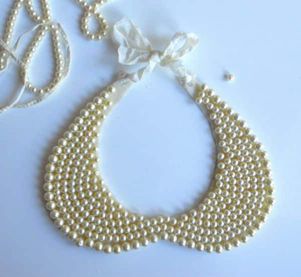 Este diferente colar de pérolas é muito fácil de ser feito (Foto: stylehive.com)