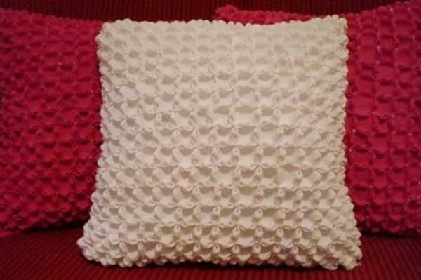 Esta almofada decorativa é linda e muito fácil de ser feita (Foto: geteasyfreshideas.com)