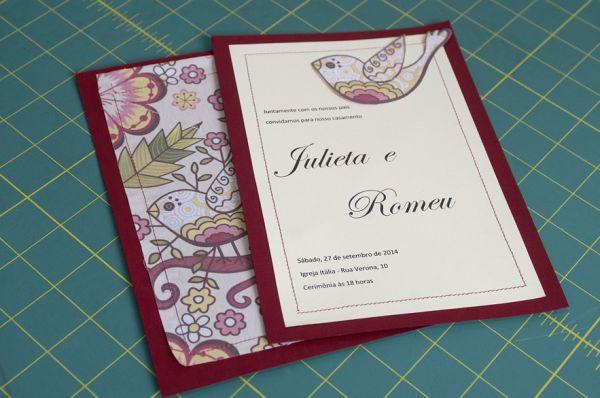 Este convite artesanal confeccionado com detalhes em tecido é muito diferenciado e pode ser uma fonte de renda extra, caso você o comercialize (Foto: minhasinger.com.br)
