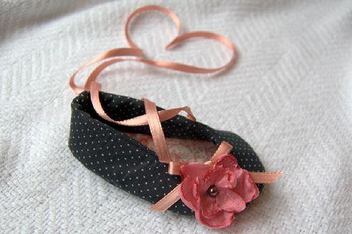 Esta flor de tecido fica linda quando aplicada em tiaras ou em blusas (Foto: theburgundybow.blogspot.com.br)