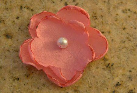 Esta flor de tecido fácil é versátil e pode ser aplicada em qualquer peça que você queira (Foto: theburgundybow.blogspot.com.br)