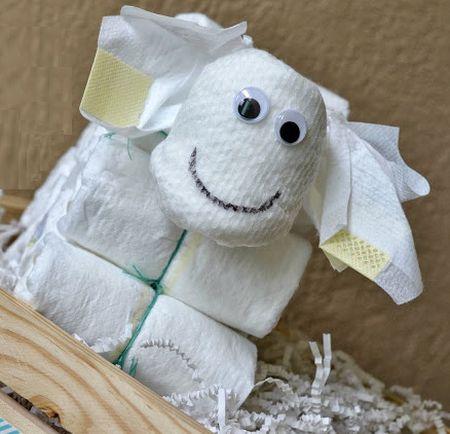Este artesanato com fraldas para chá de bebê vai garantir uma linda decoração para a sua festinha ou um lindo presente (Foto: mommytesters.com)
