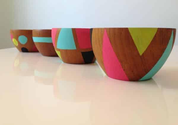 Decorar potinho de madeira ou barro é muito fácil utilizando tintas coloridas (Foto: doeadeery.blogspot.com.br)