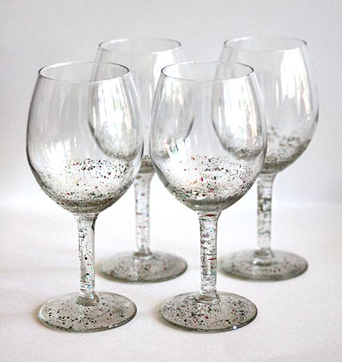Decorar taças com glitter irá fazer os seus momentos de descontração ficarem ainda mais charmosos (Foto: livinglocurto.com)