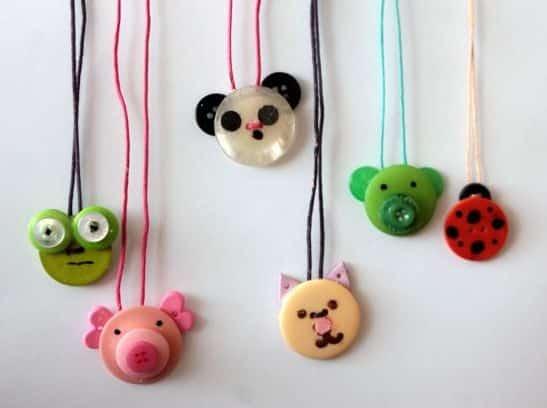 Cordão divertido de botões é ótima opção para presentear as crianças (Foto: kiwicrate.com)