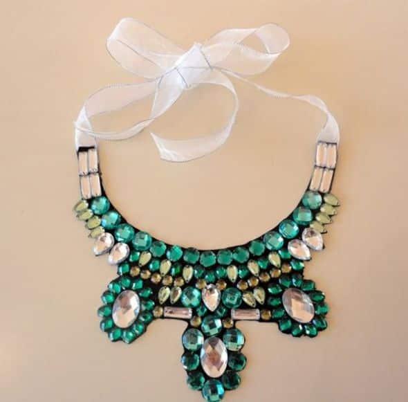 Faça muitos deste colar de gola decorado e deixe sempre as suas produções muito mais interessantes (Foto: diy-enthusiasts.com)