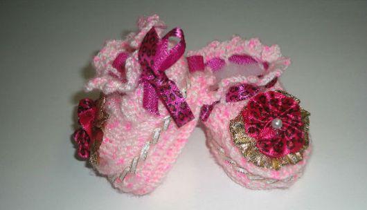 Este sapatinho de bebê em crochê é lindo e não difícil de ser feito (Foto: sinimbu.com.br)