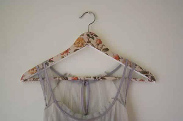 Forrar cabide com tecido é mais fácil do que você imagina (Foto: kiflieslevendula.blogspot.com.br)