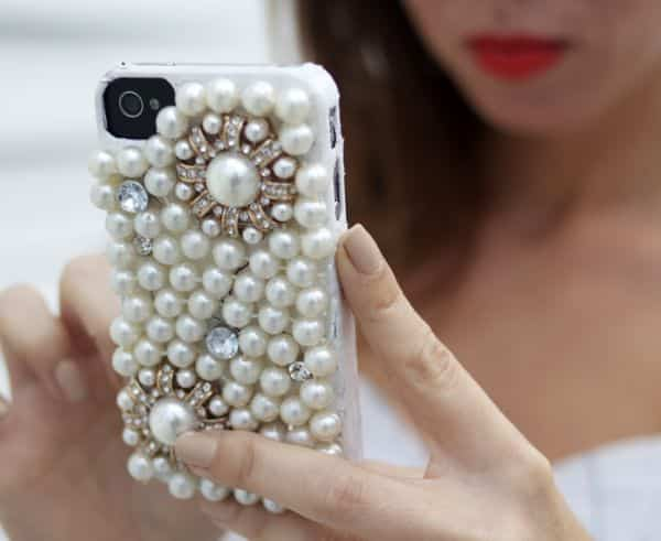 Você pode até ganhar um bom dinheiro vendendo esta capa personalizada de celular com pérolas (Foto: sydnestyle.com)