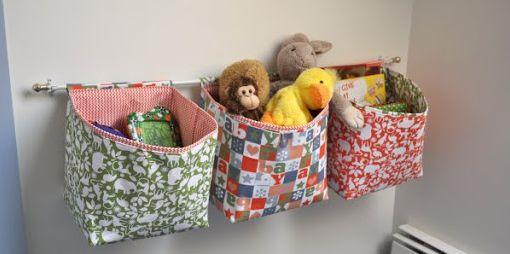 Cestos para brinquedos de tecido garantem um charme a mais em seus espaços (Foto: u-createcrafts.com)