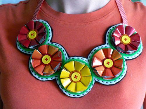 Você pode fazer a peça que quiser com flores de embalagens usadas (Foto: mrsgreene.info)